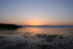 meer van galilea in de avond